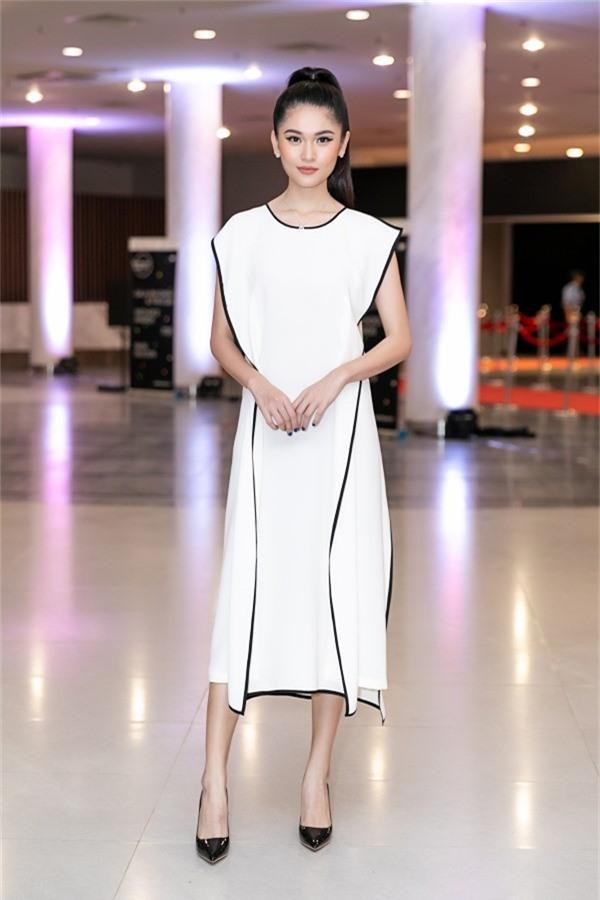 Á hậu Thuỳ Dung lựa chọn sắc trắng đen cho phong cách thời trang khi đi theo dõi chương trình.