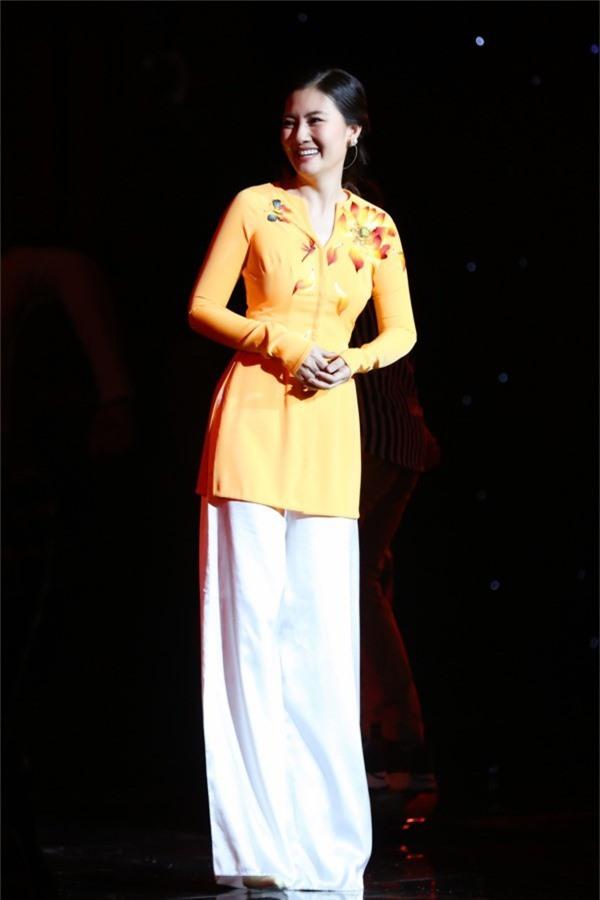 Ngọc Lan tất bật thay trang phục và catwalk trong một bộ sưu tập áo bà ba.