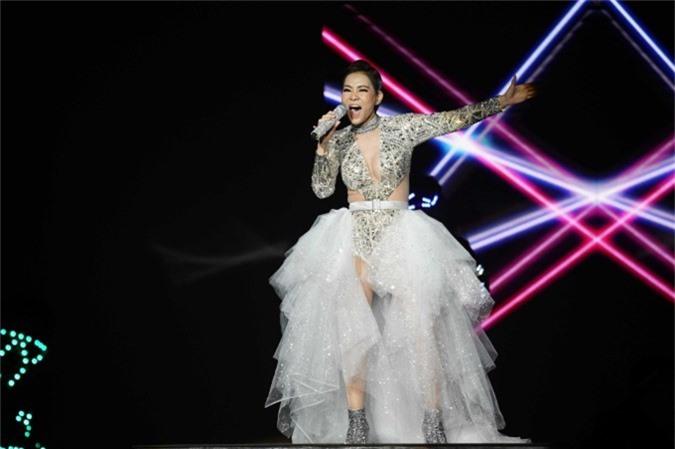 Thu Minh diện váy tôn ngực, trình diễn bản hit Bay giúp khuấy động không khí đêm nhạc.