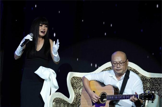 Phương Thanh hát mộc ca khúc Một mình cùng sự hỗ trợ của một guitarist.