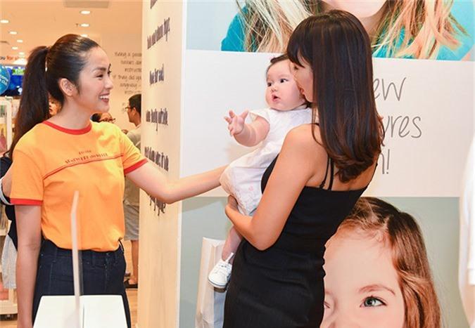 Nữ diễn viên vui vẻ chào hỏi mẹ con Hà Anh khi hội ngộ.