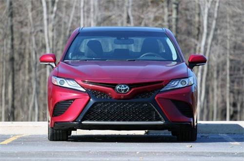 7. Toyota Camry (doanh số: 343.439 chiếc).
