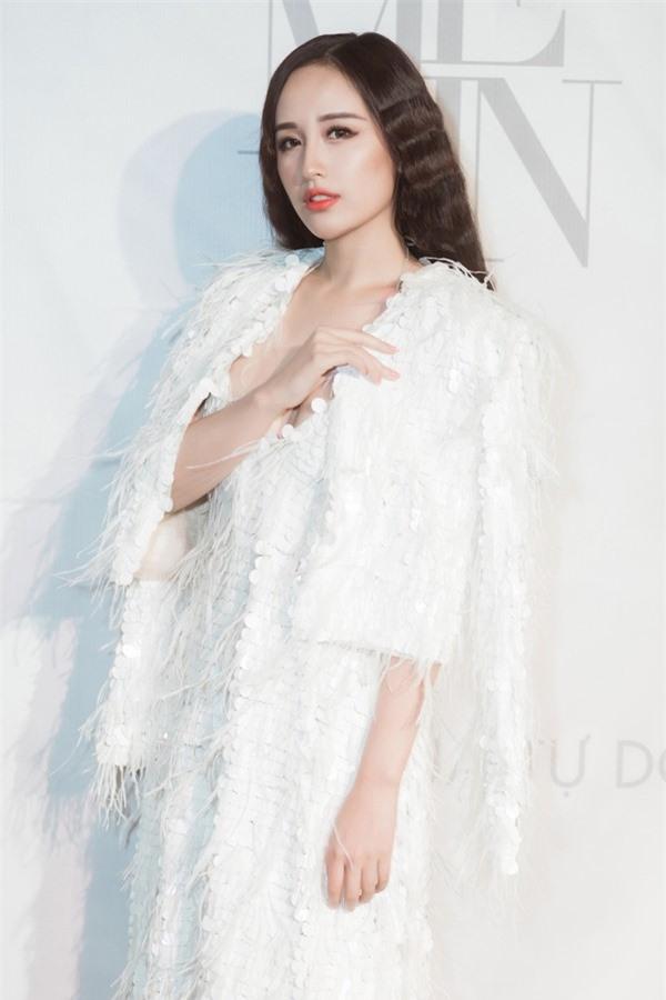 Mai Phương Thúy xuất hiện trong bộ váy trắng đính lông vũ, thuộc bộ sưu tập mới nhất của Lý Quí Khánh.