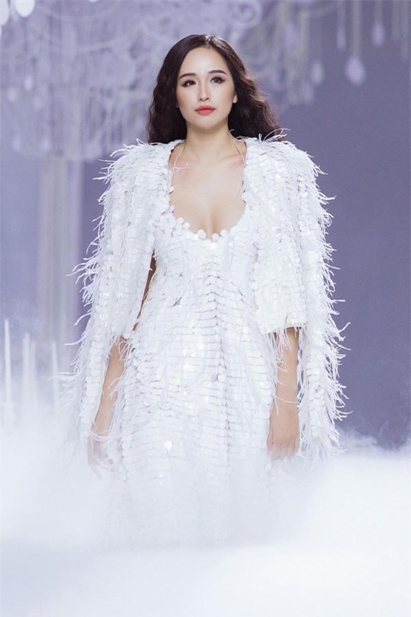 Hoa hậu nhận được tràng vỗ tay cổ vũ khi xuất hiện trên sàn catwalk với vai trò vedette một màn diễn.