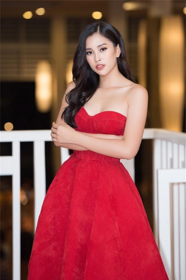 Hoa hậu Tiểu Vy bất ngờ diện đầm khoe ngực đầy nóng bỏng - Ảnh 1.