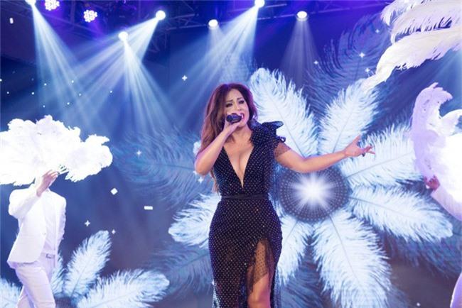 Hoa hậu Tiểu Vy bất ngờ diện đầm khoe ngực đầy nóng bỏng - Ảnh 10.