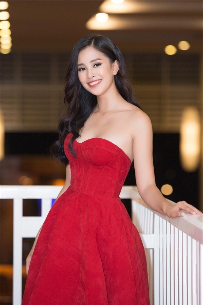 Hoa hậu Tiểu Vy bất ngờ diện đầm khoe ngực đầy nóng bỏng - Ảnh 2.