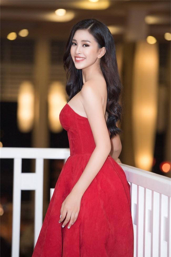 Hoa hậu Tiểu Vy bất ngờ diện đầm khoe ngực đầy nóng bỏng - Ảnh 3.