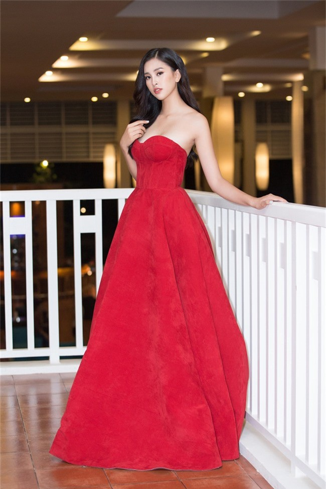 Hoa hậu Tiểu Vy bất ngờ diện đầm khoe ngực đầy nóng bỏng - Ảnh 4.