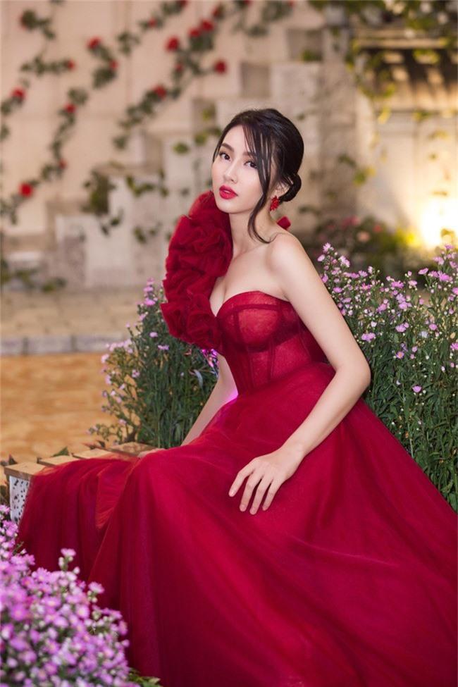 Hoa hậu Tiểu Vy bất ngờ diện đầm khoe ngực đầy nóng bỏng - Ảnh 6.