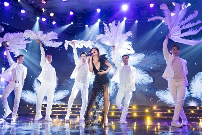 Hoa hậu Tiểu Vy bất ngờ diện đầm khoe ngực đầy nóng bỏng - Ảnh 9.