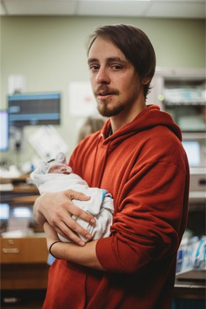 Anh Derek với con gái chỉ sống được một tuần. Ảnh: Caters News Agency.