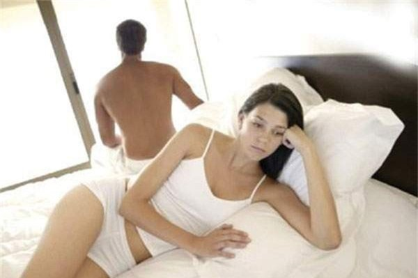 Chuyện yêu của vợ chồng bị phá hỏng chỉ vì một… chiếc tất - Ảnh 1.