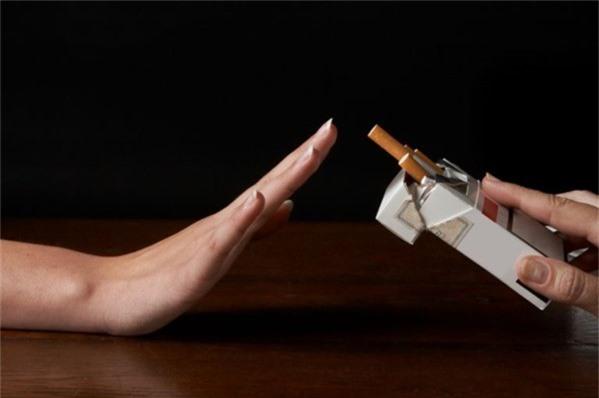 Có nhiều nguyên nhân khác ngoài thuốc lá gây ung thư phổi như: không khí ô nhiễm, uống rượu bia, tiếp xúc với các hóa chất độc hại,... Ảnh: Health