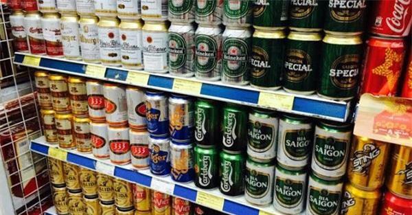 Tại các siêu thị, giá bia lại cao hơn từ vài nghìn đến 10.000 đồng so với đại lí bên ngoài