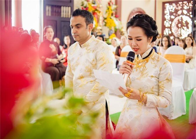 Cặp đôi chắp tay quỳ trước chánh điện nghe các sư thầy giảng về trách nhiệm trong đời sống hôn nhân của hai vợ chồng.