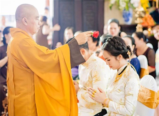 Ông xã Vikas thực hiện lại nghi thức trao nhẫn cho Võ Hạ Trâm tại chùa.