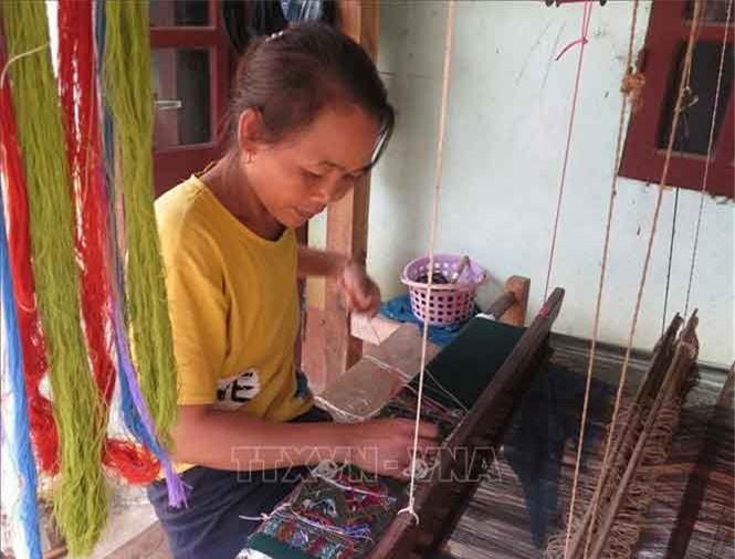 Dệt thổ cẩm truyền thống của dân tộc Lào ở xã biên giới Pa Thơm. Ảnh: Xuân Tiến/TTXVNNgoài việc gìn giữ được bản sắc văn hóa bản địa độc đáo, nghề dệt thổ cẩm truyền thống còn tạo sinh kế, giúp người dân nơi đây từng bước ổn định cuộc sống. Vào những ngày này, khi Tết cổ truyền đang đến cận kề, người dân trong bản Pa Xa Lào lại tất bật với nghề dệt thổ cẩm.