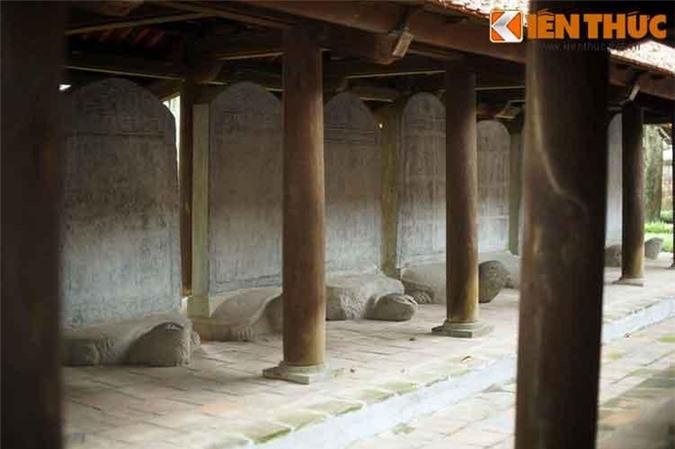 1. Từ nhiều đời nay, 82 bia Tiến sĩ tại Văn Miếu - Quốc Tử Giám ở Hà Nội luôn được coi là biểu tượng cho truyền thống hiếu học của Việt Nam. Theo các tư liệu lịch sử, 82 tấm bia đá cổ này được dựng trong khoảng gần 300 năm (1484-1780) tương ứng với 82 khoa thi (1442- 1779), trên đó khắc tên 1307 lượt Tiến sĩ thi đỗ trong các kỳ thi tuyển tiến sĩ triều Lê và Mạc.