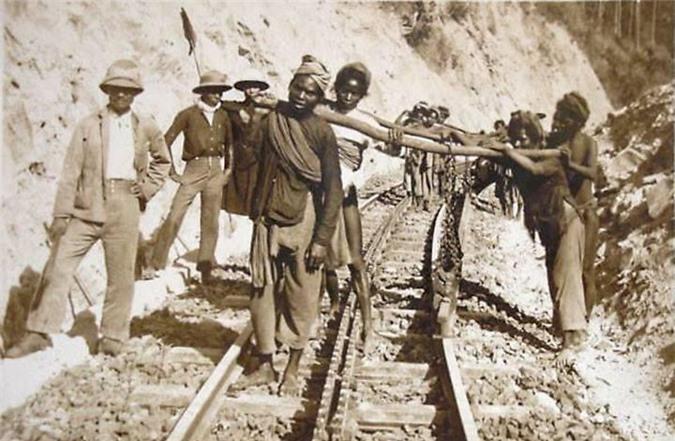 Hàng vạn phu đường được trưng dụng để thi công tuyến đường sắt độc đáo và vô cùng hiểm trở (Ảnh: TL)