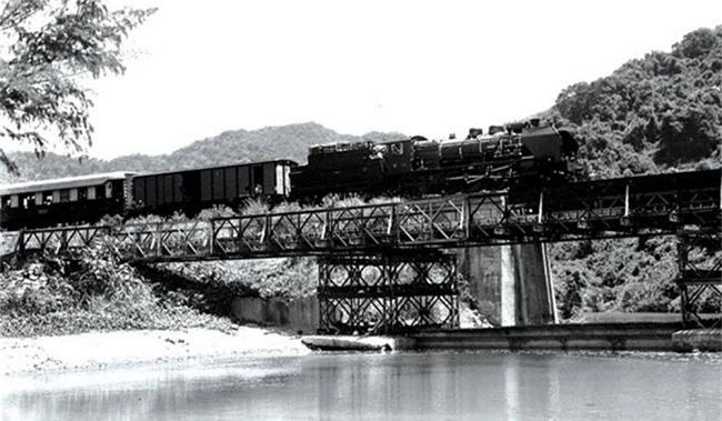 Tàu qua cầu đường sắt Đ'ran (Ảnh: TL)