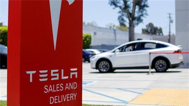 Đánh bại Mercedes-Benz lẫn BMW, Tesla trở thành thương hiệu sở hữu xe sang bán chạy nhất Mỹ trong năm qua. Một mẫu xe điện sản xuất bởi một công ty chỉ mới chập chững bước chân vào ngành công nghiệp sản xuất ô tô 10 năm trước đã đánh bại những ứng cử viên sáng giá của cả 3 đại gia xe sang Đức lẫn Lexus để dành lấy ngôi vương doanh số tại Bắc Mỹ. (CHI TIẾT)