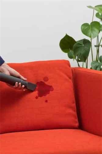 Thử sử dụng hơi nước: Nếu vỏ ghế có thể tiếp xúc với nước hãy thử dùng bình xịt lên mặt vải để xử lý vết bẩn.