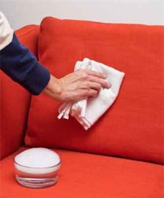 Làm sạch vết thức ăn: Pha loãng xà phòng với nước ấm để làm sạch vết đồ ăn nếu không may ghế của bạn xuất hiện những vết như vậy.