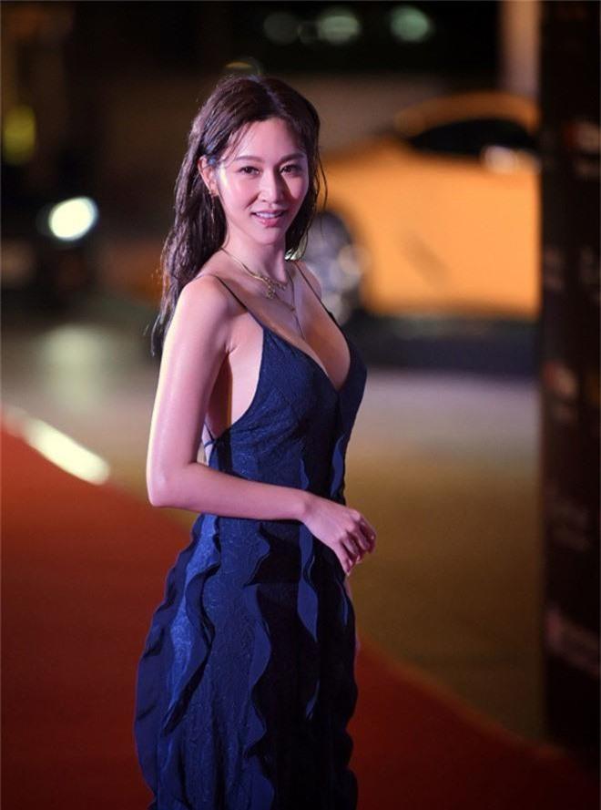Khéo sửa váy, Park Min Young đẹp mà vẫn sexy hơn cả mỹ nữ bị cắt sóng trên truyền hình vì khoe vòng 1 quá đà - Ảnh 4.