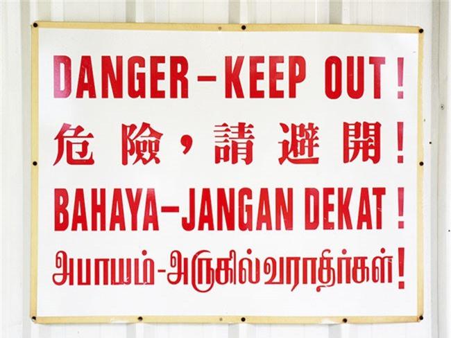 Một biển hiệu ở Malaysia có thể dùng tới 4 thứ tiếng.