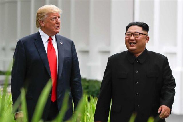 Tổng thống Donald Trump và nhà lãnh đạo Kim Jong-un gặp nhau tại Singapore năm 2018. (Ảnh: AFP)