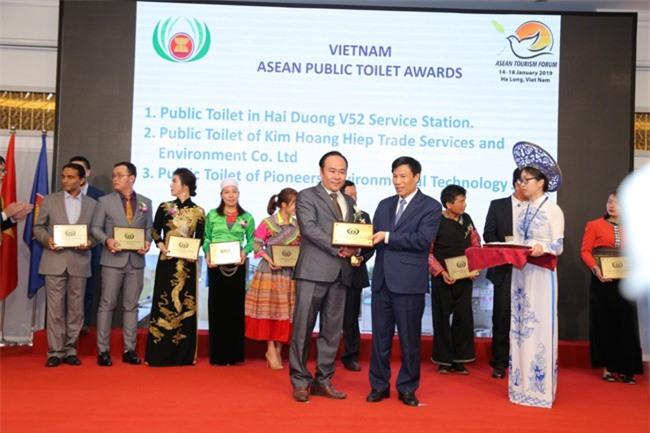 Bộ trưởng Bộ Văn hóa, Thể thao và Du lịch Nguyễn Ngọc Thiện trao giải thưởng cho ông Lê Văn Hiệp (ảnh TL)