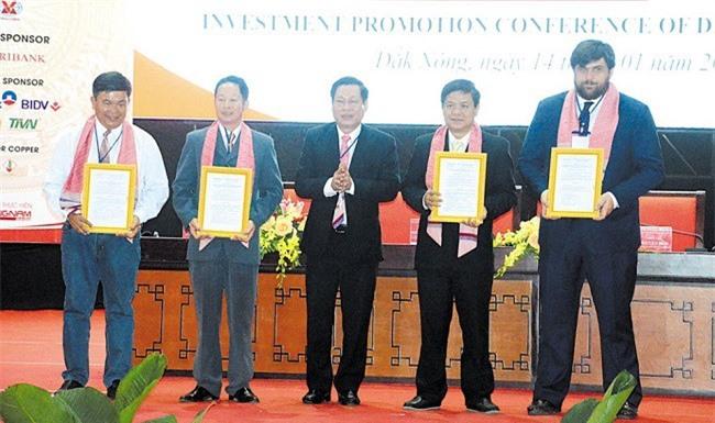 Chủ tịch UBND tỉnh Đắk Nông Nguyễn Bốn trao giấy chứng nhận đăng ký đầu tư và quyết định chủ trương đầu tư cho 4 nhà đầu tư (Ảnh: ST)