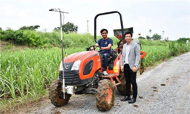 GS. Kiattisak Sangkradit và trợ lý bên cỗ xe phối trộn phân bón tự động