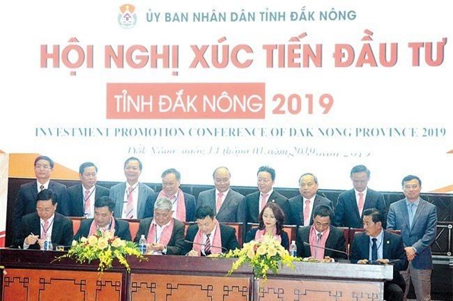 Thủ tướng Chính phủ Nguyễn Xuân Phúc, lãnh đạo các Bộ và địa phương chứng kiến Lễ ký cam kết đầu tư vào tỉnh Đắk Nông (Ảnh: ST)