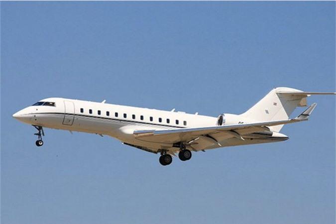 Ông đang sở hữu một chiếc chuyên cơ Bombardier BD-700 Global Express, có giá 40 triệu USD và có thể chứa 19 người.