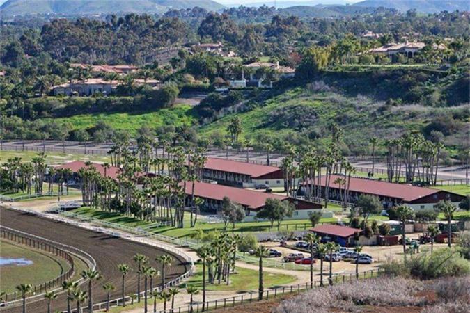 Năm 2014, Bill Gates cũng chi 18 triệu USD để mua lại trang trại ngựa Rancho Paseana có diện tích hơn 900.000 m2 tại Rancho Santa Fe. Trang trại gồm một đường đua 1,2 km, 5 chuồng ngựa và là món quà ông dành cho cô con gái Jenifer, người đam mê môn cưỡi ngựa.
