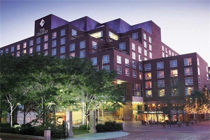 Bill Gates là một trong những nhà đầu tư lớn nhất của khách sạn Charles tại Cambridge, Massachusetts. Đồng thời ông được cho là nắm giữ gần một nửa chuỗi khách sạn của Four Season Holding, bao gồm các khách sạn ở Atlanta và Houston.