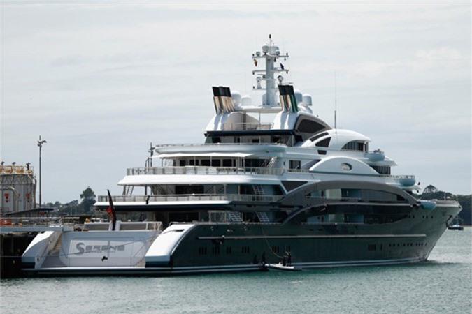 Bill Gates từng cùng gia đình thực hiện chuyến du lịch vòng quanh đại dương trên chiếc siêu du thuyền Serene với giá thuê 5 triệu USD/tuần. Du thuyền này bao gồm cả máy bay trực thăng.