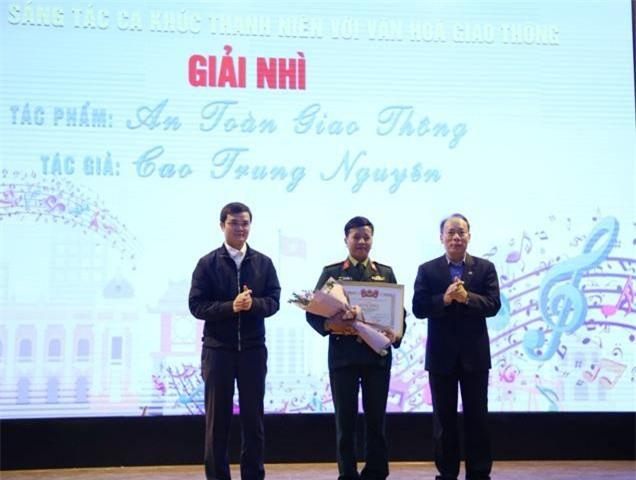 """Ban tổ chức trao giải Nhì Cuộc thi đến tác giả Cao Trung Nguyên với tác phẩm """"An toàn giao thông""""."""