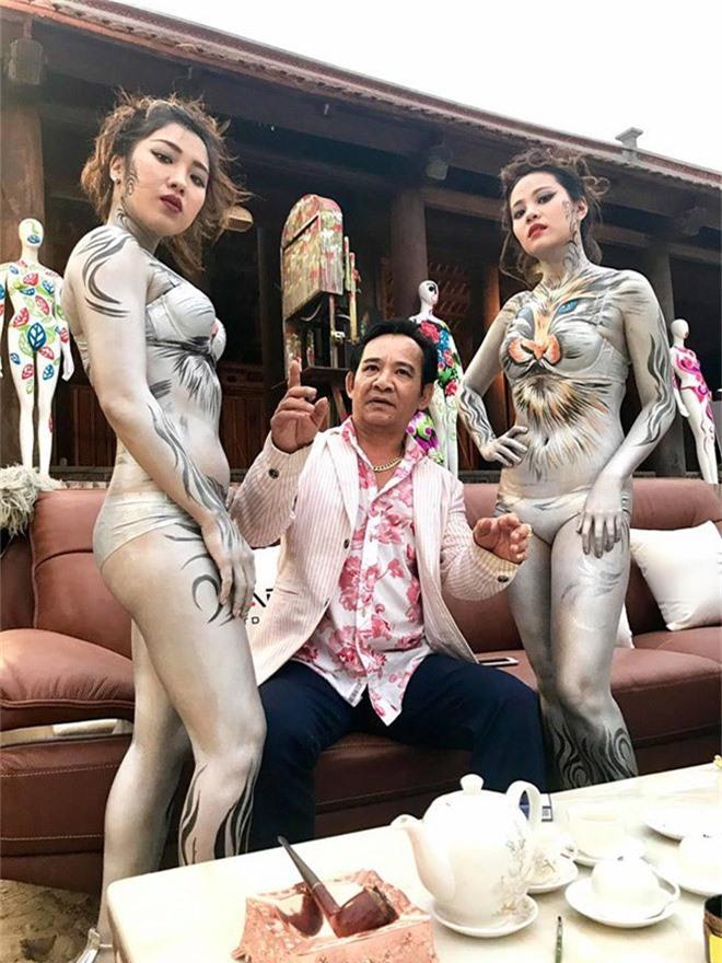 quang teo va mau nude body painting gay phan cam trong hai tet: su that nga ngua hinh anh 2