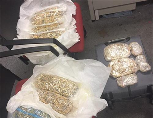 Số vàng trang sức buôn lậu bị cảnh sát thu giữ.