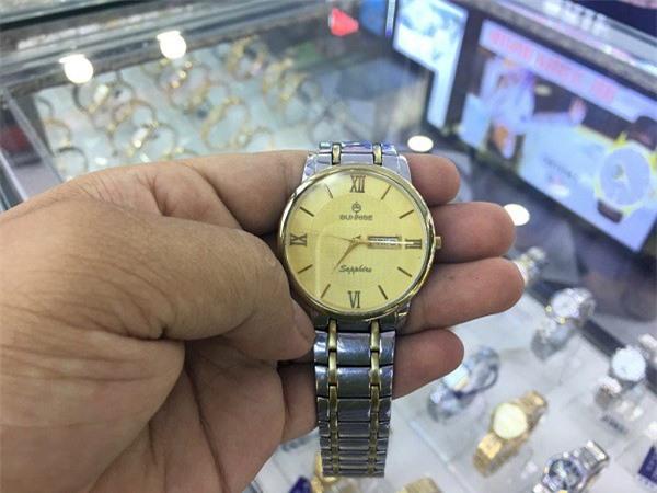 Đồng hồ nhái được rao bán công khai với rất nhiều mẫu mã cộp mác các thương hiệu lớn.