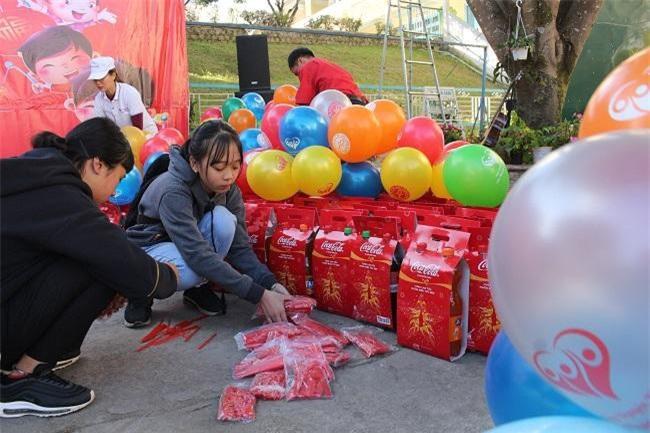 Các tình nguyện viên chuẩn bị quà và đồi chơi (Ảnh: VH)