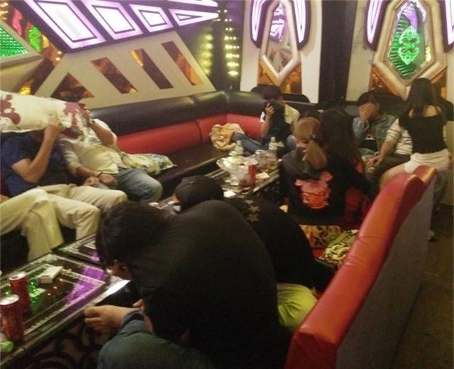 """Hàng chục nam nữ """"phê"""" ma túy trong phòng VIP quán karaoke - 1"""