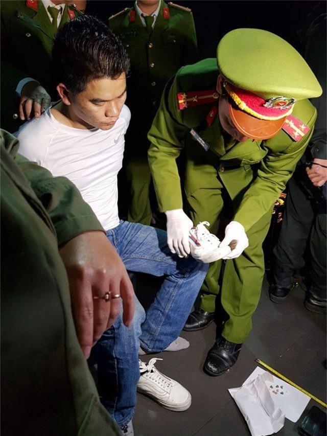 """""""Đột kích"""" quán bar lớn, phát hiện 100 người dương tính với ma túy - 6"""