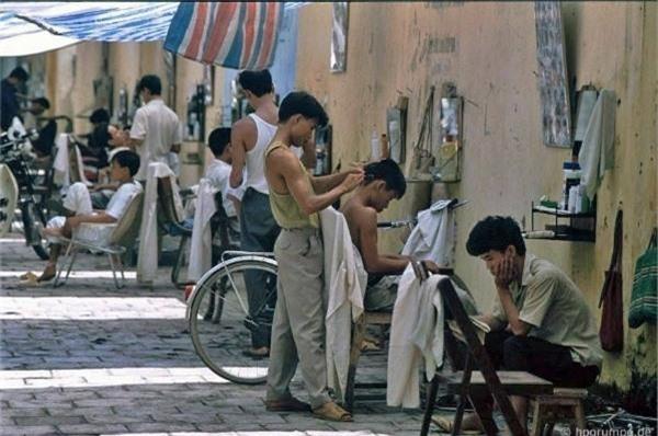 Nghề cắt tóc nam rất thịnh hành thời bấy giờ, các tiệm quán mọc lên san sát mà không mấy khi vắng khách. Ngoài các vật dụng cần thiết, nhiều chủ quán cắt tóc còn đầu tư ảnh các kiểu tóc