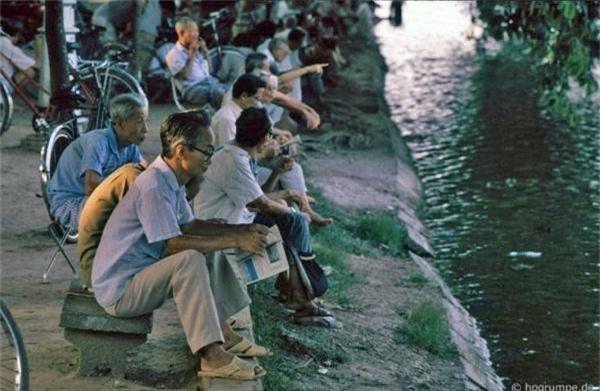 Khoảng thời gian từ trưa đến tối muộn là thời điểm xung quanh hồ Gươm nhộn nhịp hơn cả. Một số người tìm một băng ghế để ăn trưa, đọc sách, hay chơi cờ vưa. Khi tắt nắng, các đôi tình nhân tay trong tay, bên nhau cùng ngắm cảnh hồ.