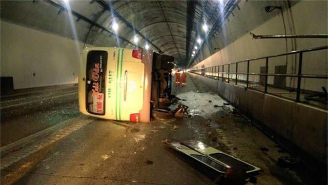 Xe khách lật trong hầm Hải Vân, 5 người bị thương - 1