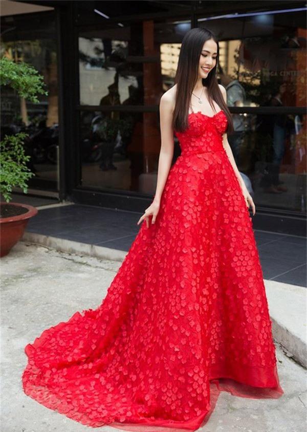 Người đẹp Phan Thị Mơ như bông hoa kiều diễm trong trang phục xòe rộng đỏ rực.